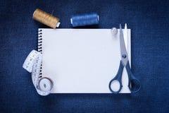 Ciseaux, fil, bande de centimètre sur le tissu Copyspace Photo stock