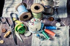 Ciseaux, fils et aiguille de vintage Photo stock