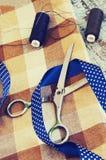Ciseaux, fils, tissu et bande bleue Image libre de droits