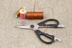 Ciseaux, pointeau et amorçage sur la toile des couvre-tapis Photo stock