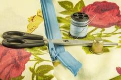 Ciseaux, serrure de tirette avec une bobine de fil et un dé Photographie stock libre de droits