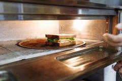 ?ciska w kulinarnym procesie na whiteboard obrazy stock