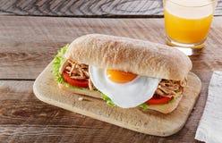 Ściska z piec na grillu mięsnym jajecznym pomidorowym sałatkowym ciabatta Zdjęcie Stock