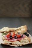 Ściska z pita chlebowym salami dalej warzywami i Zdjęcie Stock
