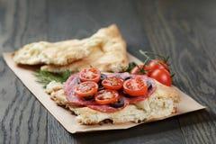 Ściska z pita chlebowym salami dalej warzywami i Zdjęcia Royalty Free