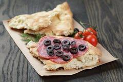 Ściska z pita chlebowym salami dalej warzywami i Obrazy Royalty Free