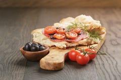 Ściska z pita chlebowym salami dalej warzywami i Zdjęcia Stock