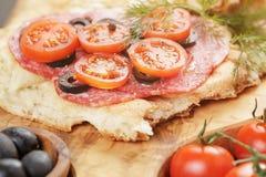 Ściska z pita chlebowym salami dalej warzywami i Obraz Royalty Free