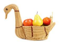Cisne de la cesta con las frutas decorativas. Imagen de archivo libre de regalías