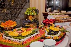 Cisne de la piña en una tabla de la fruta, decoración para una tabla de la boda Fotografía de archivo