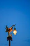 Cisne de oro con el cielo azul imagen de archivo libre de regalías