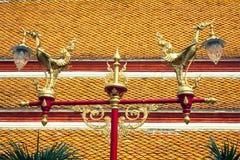 Cisne de oro hermoso tradicional tailandés en los posts de la lámpara de calle en vagos Foto de archivo libre de regalías
