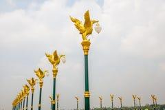 Cisne de oro hermoso tradicional tailandés ordenado en la lámpara de calle po Imagenes de archivo
