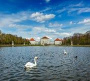 Cisne e palácio de Nymphenburg Munich, Baviera, Alemanha Fotos de Stock Royalty Free