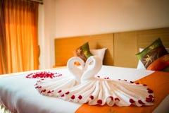 Cisnes del amor y decoración color de rosa en hotel Fotos de archivo