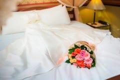 Cisnes del amor y decoración color de rosa en hotel Foto de archivo libre de regalías