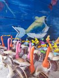 Cisnes feitas de shell do mar Vida marinha pintada na madeira Decoração e lembranças fotografia de stock royalty free