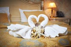 Cisnes fuera de las toallas en la cama Imagen de archivo