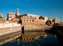 Cisterna da água da vila de Kawkaban em yemen imagens de stock royalty free