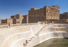 Cisterna del agua en el pueblo Yemen del shibam Fotografía de archivo