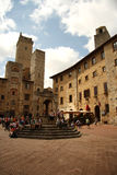 Cisterna del della de la plaza en San Gimignano (Italia) Fotos de archivo