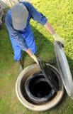 Cisterna subterráneo del agua de lluvia del obove del jardinero Fotos de archivo