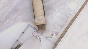 Cisterna superiore di vista riempita di gas liquefatto al giorno nevoso video d archivio
