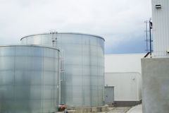 Cisternas industriales fotos de archivo