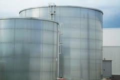 Cisternas industriales del metal imagen de archivo