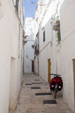 Cisternino (Apulia): Alte Stadt und Fahrrad mit Stockfotografie