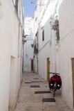 Cisternino (Apulia): Cidade e bicicleta velhas com Fotografia de Stock