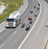 Cisternlastbil foregående av gruppen av motorbikers på huvudvägen för slovak D1 royaltyfri fotografi