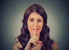 Cisza gest zbliżenie umieszcza palec na wargach młodej kobiety mienie obraz royalty free