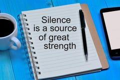 Cisza jest źródłem wielki siła tekst na notatniku fotografia royalty free