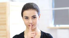Cisza, palec na wargach, kobieta w biurze obrazy stock
