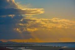 Cisza przed burzą przy prawie pustą plażą fotografia royalty free