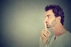 Cisza spokojny gest Mężczyzna robi ucichnięcie znakowi obrazy stock