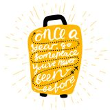 Citações da inspiração do curso na silhueta da mala de viagem Uma vez por ano, vai você tem sido em algum lugar nunca antes Motiv ilustração royalty free