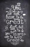 Citações da motivação escritas com giz em uma placa preta Fotos de Stock Royalty Free