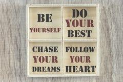 Citações inspiradores escritas na caixa de madeira Foto de Stock Royalty Free