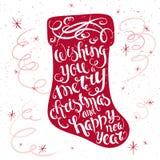 Citações inspiradores imprimíveis da rotulação do Natal do vetor em uma peúga do Natal com flocos de neve e serpentina Pode ser i Foto de Stock Royalty Free
