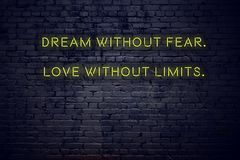 Citações inspiradores positivas no sinal de néon contra o sonho da parede de tijolo sem amor do medo sem limites foto de stock royalty free