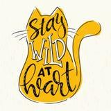 Cita de las letras de la mano del vector - permanezca salvaje en el corazón - en silueta del gato en fondo del grunge Imagenes de archivo