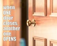 Cita de motivación - cuando una puerta cierra otro se abre Las citas de la oportunidad, los nuevos desafíos de la vida citan Nunc foto de archivo