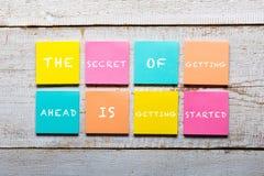 Cita de motivación en notas pegajosas coloridas Fotos de archivo