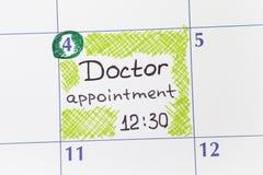 Cita del doctor del recordatorio en calendario Fotos de archivo libres de regalías