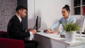 Cita entre una empresaria y un hombre de negocios en la oficina almacen de video