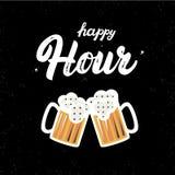 Cita escrita de las letras de la mano de hora feliz con los vidrios de cerveza Aislado en fondo negro Cepillo y textura del grung Fotos de archivo libres de regalías