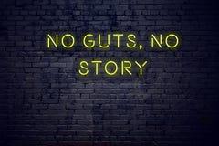 Cita inspiradora positiva en señal de neón contra la pared de ladrillo ninguna tripa ninguna historia stock de ilustración