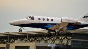Citación 525 que aterriza, cierre de Cessna para arriba fotos de archivo